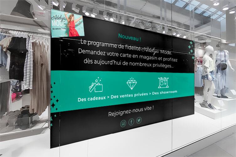 Affiche en vitrine faisant la promotion d'un programme de fidélité
